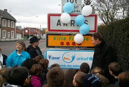 Le dessinateur Janry, Evelyne Beaumont, adjointe à l'Education, Alexandre Malfait, adjoint à la Jeunesse, ont dévoilé la plaque.